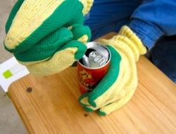 缶切りで空き缶を切ります