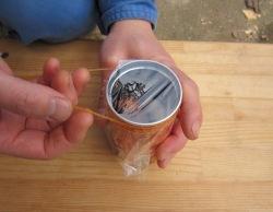 輪ゴムでラップを固定します