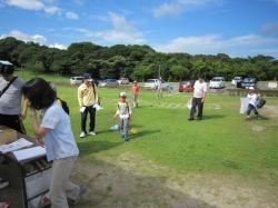 カブトムシ自然観察会の会場に集まる虫取り網を持った子供達