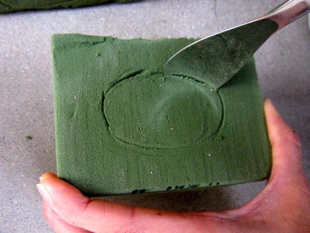 サナギの大きさに合わせてスプーンで軽く下書きの跡を入れます
