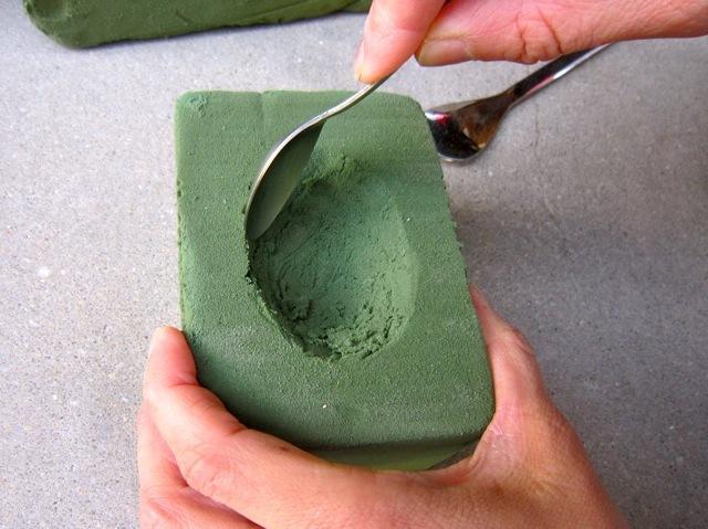 底の部分や細かい作業は小さなティースプーンで削ります。
